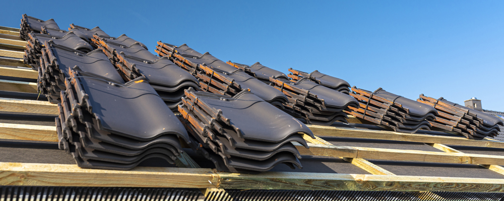 Roof ceramic tile arranged in packets on the roof on roof batten